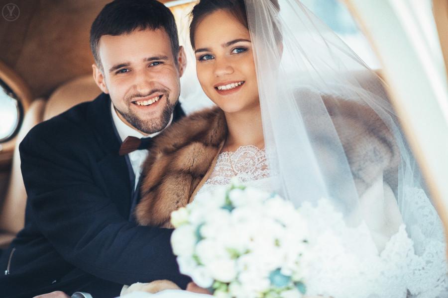 свадебная фотосессия в ретро автомобиле (машине)